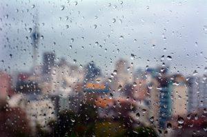 kapky vody na okně