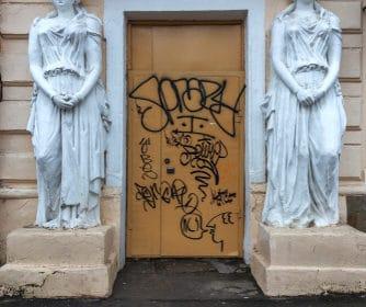 Nehtový salon zohyzdil vandal, A SERVIS to napravil a zařídil prevenci. Odstraňování graffiti Brno