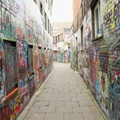 Graffiti nákupní centrum nekrášlí. Mladým kazisvětům není nic svaté